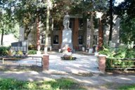 <p>Братское захоронение находится в самом центре д.Вымно.</p>