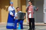 """<p>Для гостей поёт Алексей Вечерний - """"вымнянский соловей"""", лауреат разнообразных песенных конкурсов.</p>"""