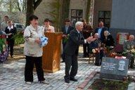 <p>Сын Степурина Н.П., похороненного на братском кладбище в д.Михайлово, вручает спортивныйинвентарь директору УО Титовой Т.А.</p>