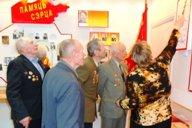 <p>Учитель истории Краснобаева Е.В. рассказывает ветеранам об освобождении д.Вымно.</p>