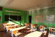 <p>Кабинет находится на втором этаже детского сада - средней школы. К нему примыкают лаборантские химии и биологии.</p>