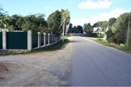 <p>Слева, за зеленым забором, строится будущая агро-экоусадьба, а в своё время на этом месте был дом семьи Никифоровских</p>